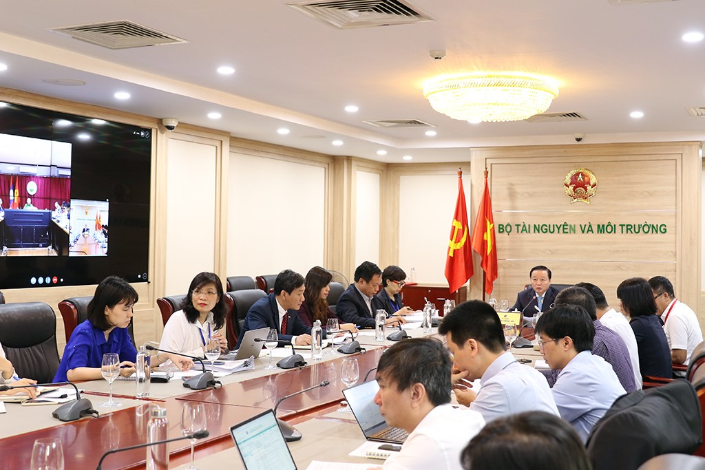 Bộ trưởng Trần Hồng Hà họp trực tuyến với Bộ Tài nguyên và Môi trường Lào Sommad Pholsena